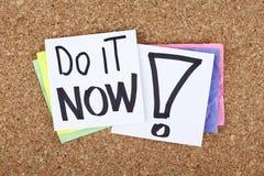 Tun Sie es jetzt, Zeit für Aktionskonzeptanmerkung Lizenzfreies Stockbild