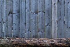 Tun Sie es sich natürlicher Bretterzaun mit einem Stück Holz in der Front Stockfotos