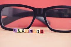 TUN Sie GESCHÄFTS-Wortwürfel und -kompaß für Geschäftsrichtungskonzept Lizenzfreie Stockfotos