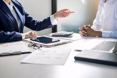 Tun Sie sich Sitzungen und Anweisung, Teamwork von Geschäftskollegen c zusammen stockfoto
