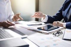Tun Sie sich Sitzungen und Anweisung, Teamwork von Geschäftskollegen c zusammen lizenzfreies stockfoto