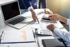 Tun Sie sich Sitzungen und Anweisung, Teamwork von Geschäftskollegen c zusammen stockfotografie
