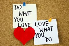 tun Sie was Sie lieben, Liebe, was Sie tun - Motivwortrat oder Anzeige auf klebrigen Anmerkungen über Korkenbretthintergrund Stockfotos