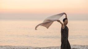 Tun superior asiático feliz da mulher na praia com tela do lenço e espaço da cópia fotos de stock