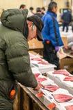 Tuna Buyers sur le marché de Tsukiji photos stock