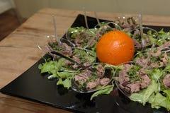 Tuna Fish Portions com condimento vegetal e salada verde Imagens de Stock
