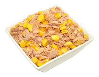 Tuna Fish And Sweet Corn blandning i maträtt arkivbilder