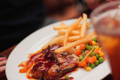 Tuna With Fries And Veggie arrostita in 1 piatto Fotografie Stock Libere da Diritti