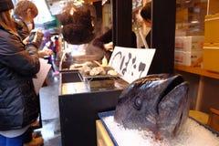 Tuna Head på den Tsukiji marknaden Royaltyfria Foton