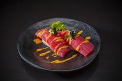 Tuna Nigiri épicée, thon de sushi avec de la sauce épicée images stock