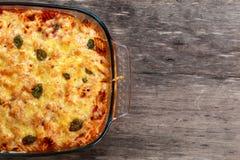 Tuna Pasta Bake mit Käse und Tomaten Ansicht von der Oberseite lizenzfreies stockbild