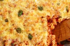 Tuna Pasta Bake mit Käse und Tomaten Ansicht von der Oberseite lizenzfreies stockfoto