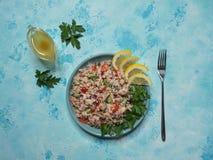 Tuna Rice Salad em uma placa na tabela azul Vista superior foto de stock
