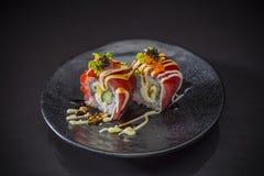 Tuna Roll avec de la sauce épicée photos libres de droits