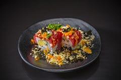 Tuna Roll avec de la sauce et le tempura épicés photo stock