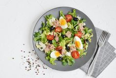 Tuna Salad Cabbage Arugula Oil peppartomater Cherry Eggs Arkivbilder