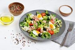 Tuna Salad Cabbage Arugula Oil peppartomater Cherry Eggs Arkivfoton