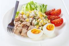 Tuna Salad mit Ei Stockbild