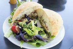 Tuna Salad Sandwich con el pan de Ciabatta y el primer de la ensalada imágenes de archivo libres de regalías