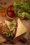 Tuna Sandwich fatta fresca sulla tavola di legno alla luce dorata prescelto fotografia stock libera da diritti