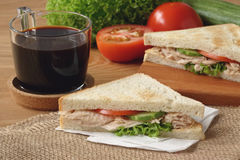 Tuna Sandwich med svart kaffe royaltyfria bilder