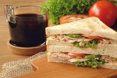 Tuna Sandwich med svart kaffe arkivfoto