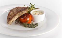 Tuna Steak grillée avec de la sauce blanche Photographie stock libre de droits