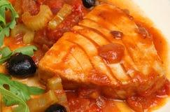 Tuna Steak Poached in salsa al pomodoro fotografia stock libera da diritti