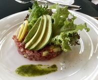 Tuna Tarta, fatias de abacate com verde Fotografia de Stock