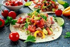 Tuna Tortilla con el aguacate, salsa fresca, cales, verdes, perejil, tomates, pimienta amarilla roja Vehículo colorido imágenes de archivo libres de regalías