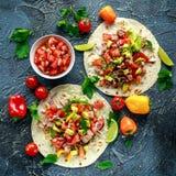 Tuna Tortilla con el aguacate, salsa fresca, cales, verdes, perejil, tomates, pimienta amarilla roja Vehículo colorido fotografía de archivo