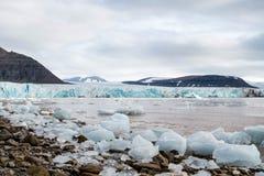 Tunabreen冰川产犊的前面,斯瓦尔巴特群岛 免版税库存照片