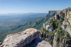 Tundavala在高原投下1000m平直的下来入低地的安哥拉 图库摄影