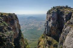 Tundavala в Анголе куда плато падает спуск 1000m прямой в низменности Стоковое фото RF