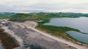 Tundra εναέριο τοπίο βουνών στους βουνό-λόφους στη χερσόνησο κόλα στο βόρειο τμήμα της Ρωσίας φιλμ μικρού μήκους