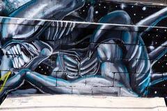Tunel do metro com grafittis do estrangeiro na parede imagem de stock