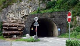 Tunel och väg Arkivfoton