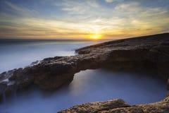 Tunel rzeźbiący w skale morzem Zdjęcie Royalty Free