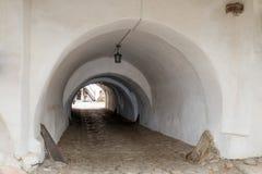 Tunel w ochronnej ścianie między zewnętrznym i wewnętrznym podwórzem Warowny Kościelny Prejmer w Prejmer mieście w Rumunia obraz stock