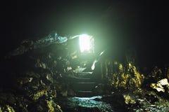 Tunel z światłem przy końcówką, wyjściem z krokami od podziemnej jamy lub dungeon, zdjęcia stock