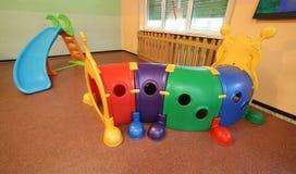 Tunelowa kształt gra i obruszenie w wielkiej sala szkolni dziąsła Zdjęcia Stock