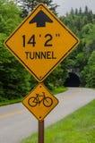 Tunelowy Drogowy znak z tunelem w tle Zdjęcia Royalty Free