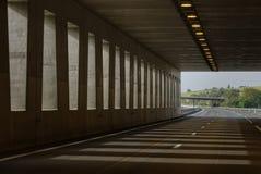 Tunelowy wiadukt z pięknym słońca odbiciem Zdjęcie Stock