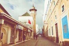 TUNES, TUNÍSIA - 10 DE DEZEMBRO DE 2018: Rua estreita velha de Tunes medina, Tunísia fotos de stock royalty free