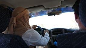 Tunes, Tunísia - 9 de junho de 2018: homem muçulmano que conduz na opinião do carro do suv do assento traseiro Homem árabe que ve vídeos de arquivo