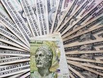 Tunesisch bankbiljet van vijf dinars en achtergrond met Amerikaanse dollarsrekeningen
