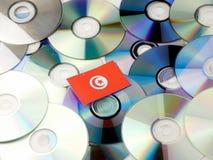 Tunezyjczyk flaga na górze cd i DVD stosu odizolowywającego na bielu Zdjęcia Royalty Free