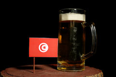 Tunezyjczyk flaga z piwnym kubkiem na czerni Obraz Stock