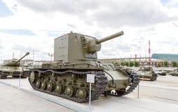 Tung ändring för behållare KV-2 1940 Pyshma Ekaterinburg, Ryssland - Augusti Royaltyfria Foton