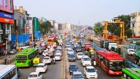 Tung biltrafik i staden av New Delhi, Indien lager videofilmer